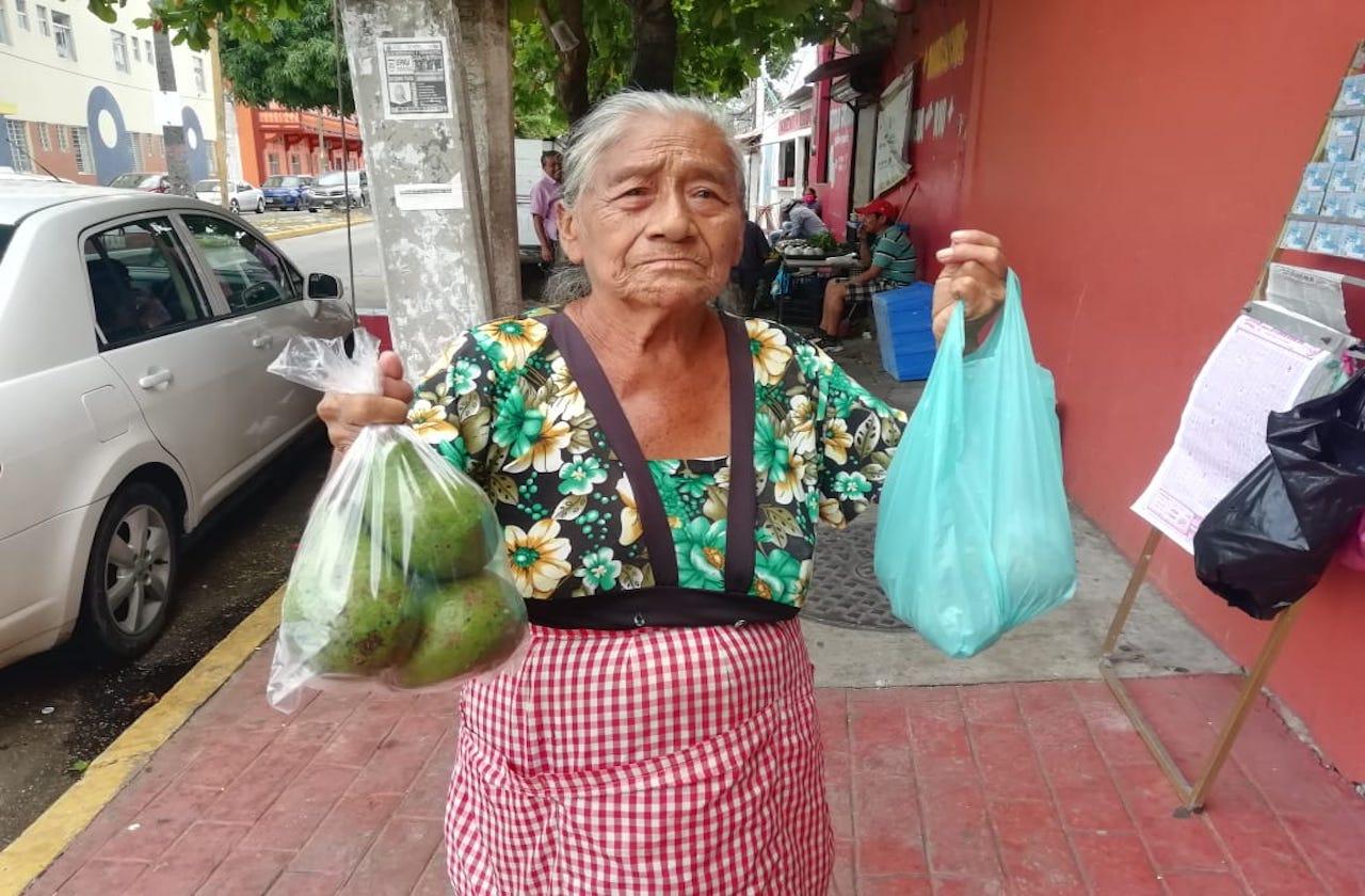 Felícita vende aguacates en Coatza para sobrevivir al covid