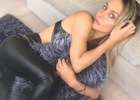 Con sensual foto Fey incendia otra vez redes