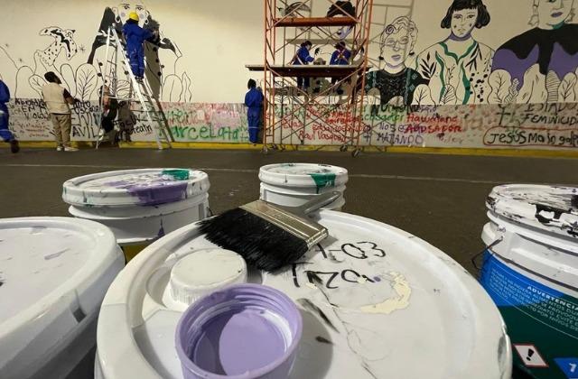Con comida, xalapeños ayudan a muralistas del viaducto
