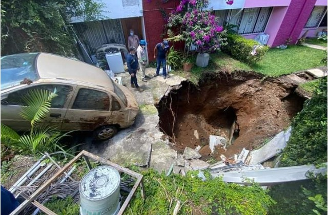 ¡Impresionante! Socavón se forma en patio de casa en Fortín
