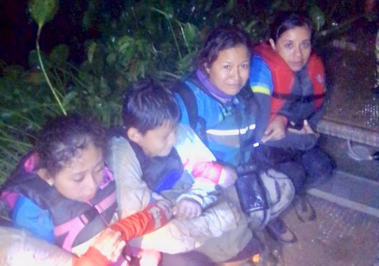 Rescatan 39 kayakistas atrapados entre el lirio acuático