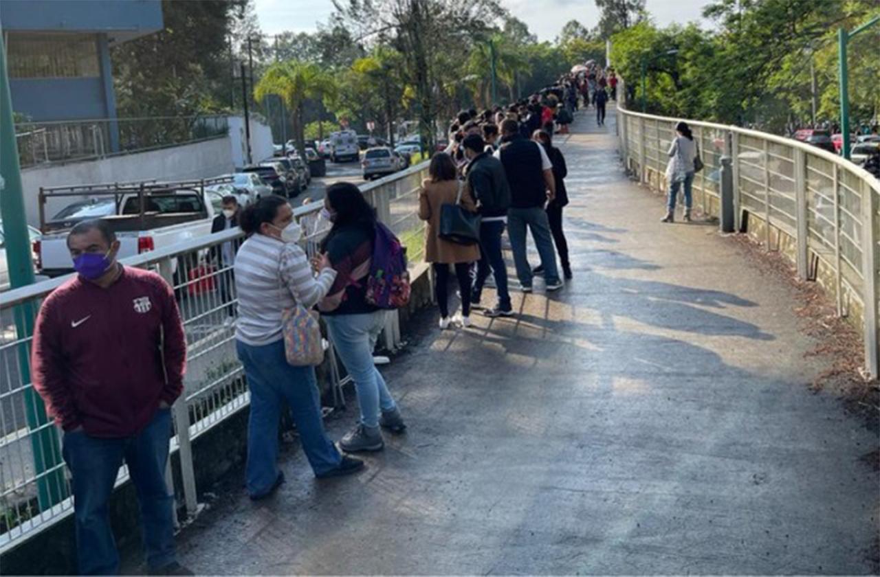 ¿Gandallismo? Profesores intentan colarse por vacuna Pfizer en Xalapa