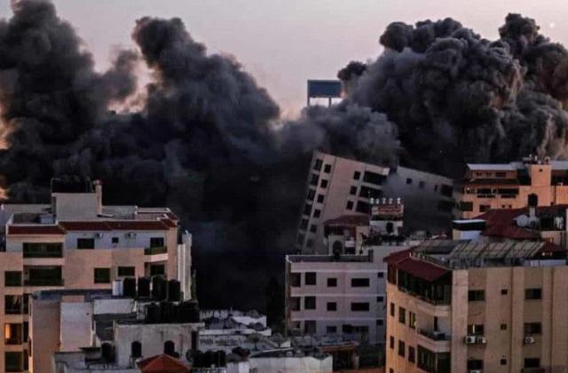 Israel derriba con bombas edificio de 13 pisos en Gaza
