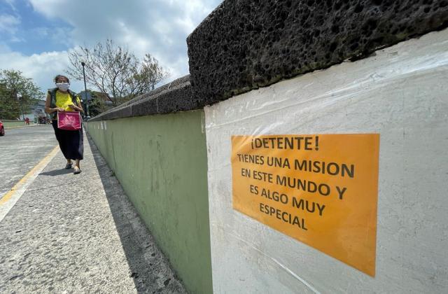 """""""Todo mejorará""""; plantan mensajes de aliento contra suicidios en puente Xallitic"""