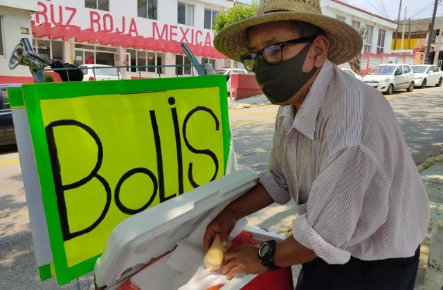 Daniel perdió su empleo de perifonista; ahora sobrevive vendiendo bolis