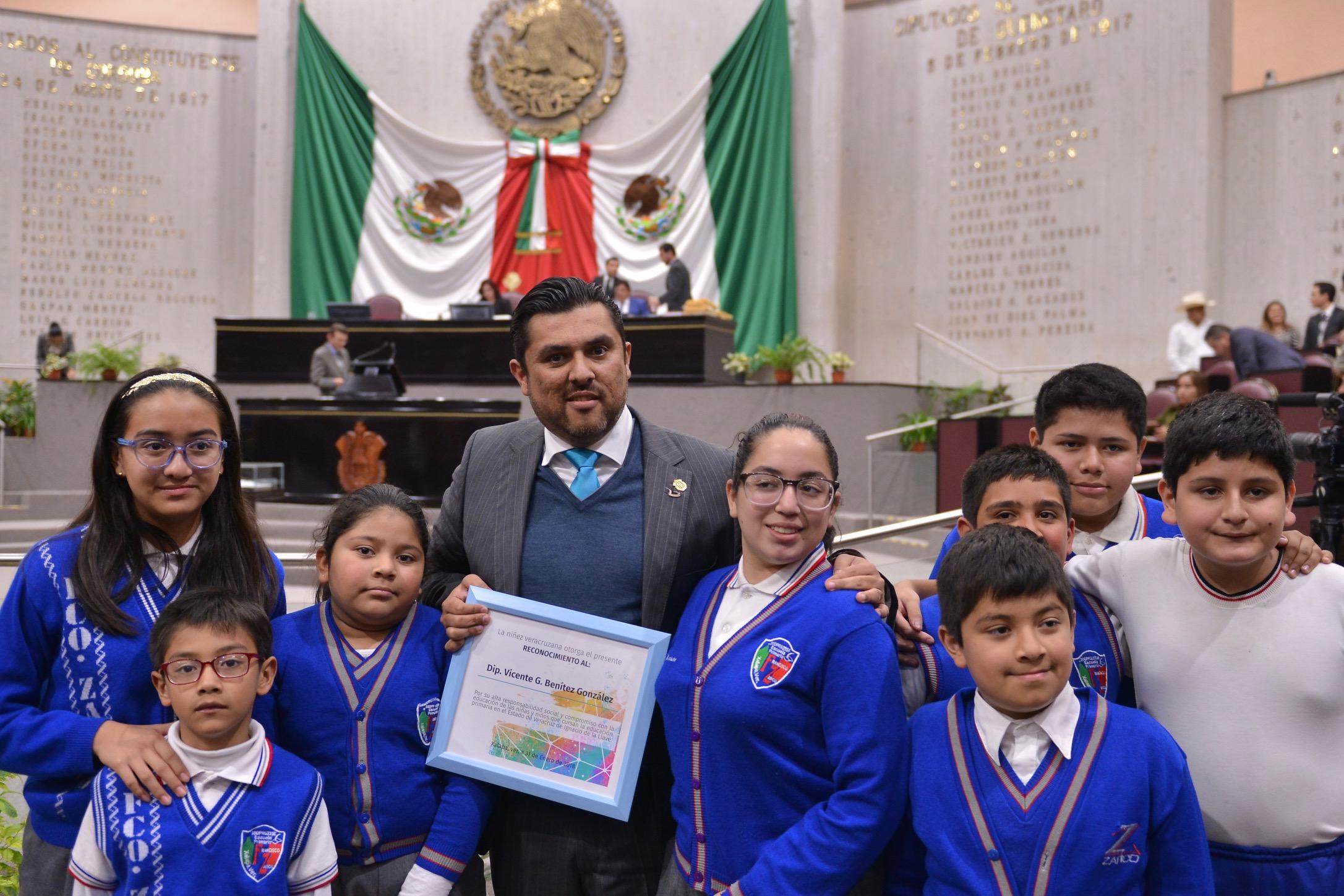 Avala Congreso reforma para que Gobierno otorgue uniformes escolares gratuitos