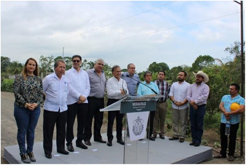 Supervisa Ernesto Cuevas rehabilitación de la carretera de Vega de Alatorre
