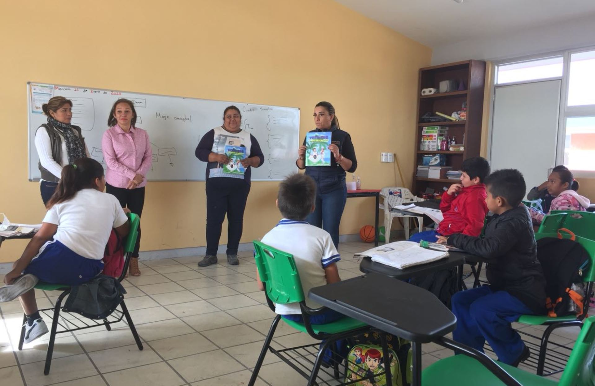 Entrega Mariana Dunyaska a niños material didáctico sobre la historia de Veracruz