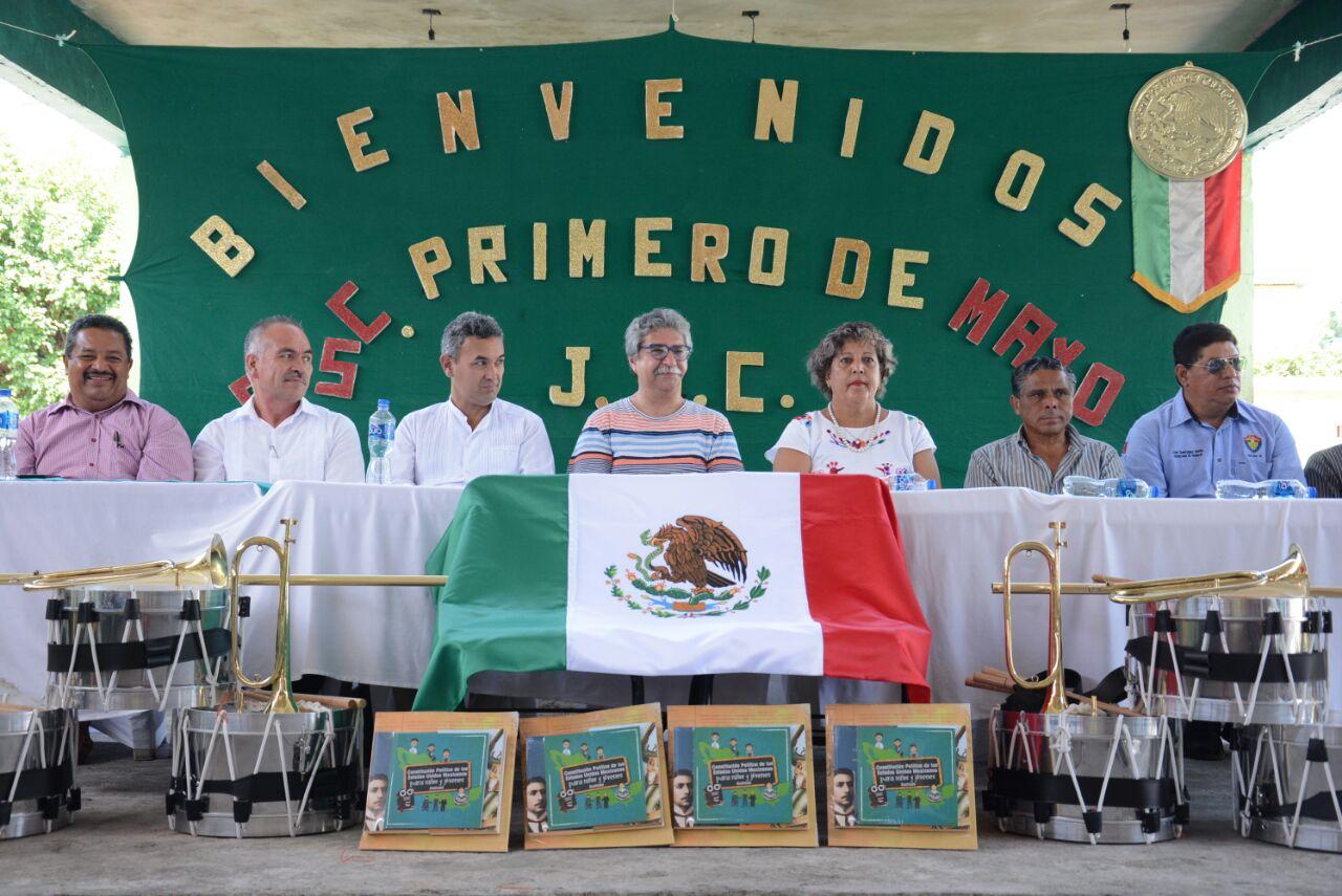 Entrega Diputado Enríquez Ambell apoyos escolares en Hueyapan de Ocampo