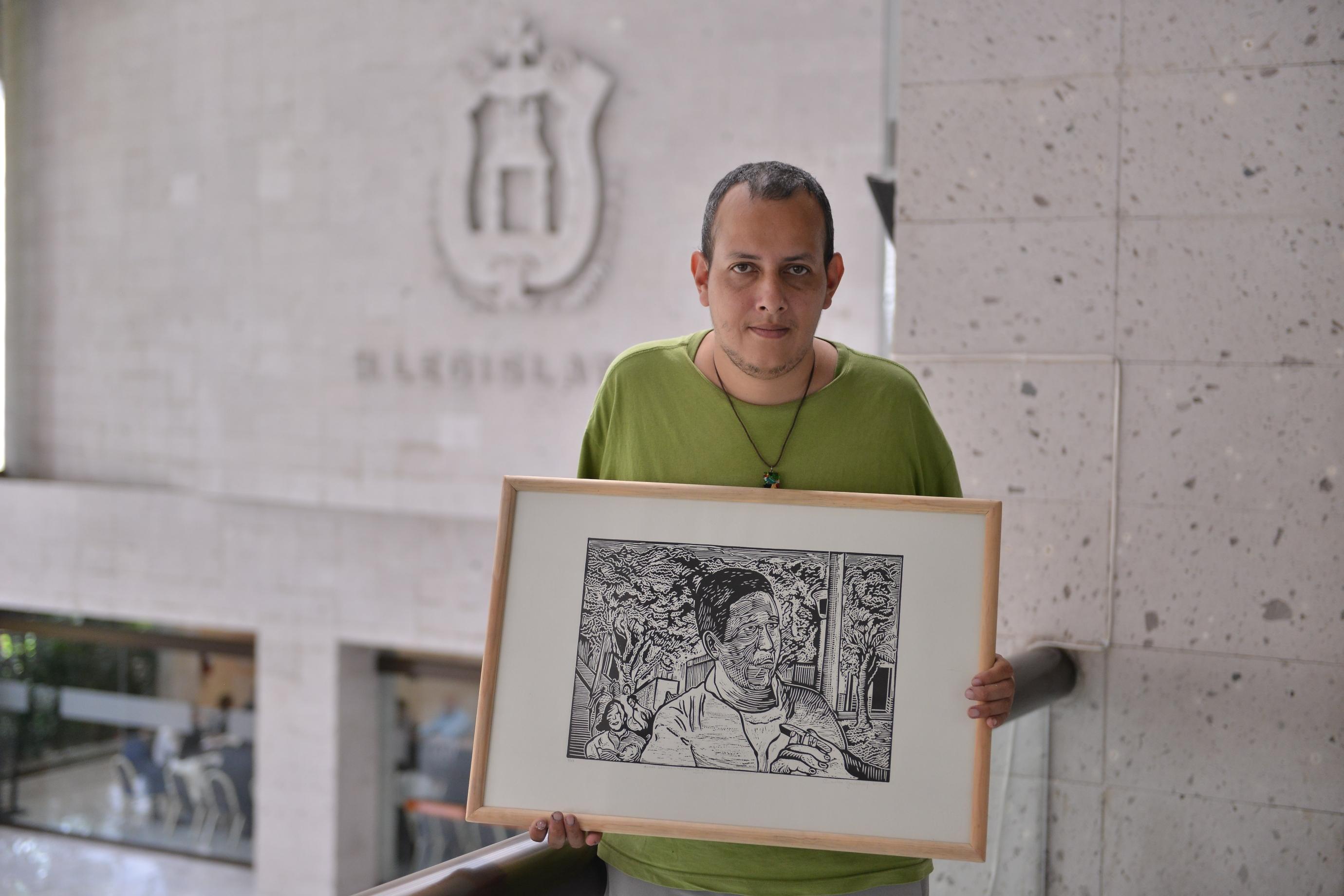 """Dona Carlos Garibay 5 obras de """"Gráficos de Veracruz"""" al Congreso del Estado"""