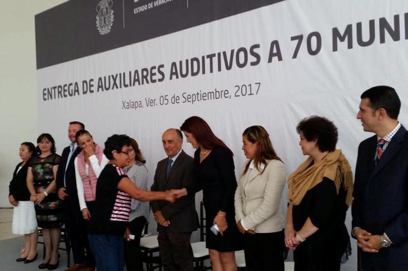 Constata diputada Dulce García entrega de aparatos auditivos en Zongolica