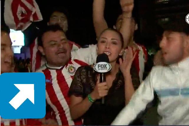 VIDEO: aficionado de Chivas agrede sexualmente a reportera