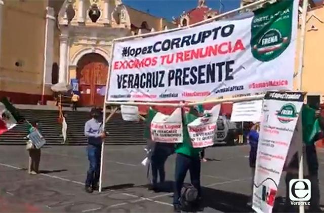 Integrantes de FRENAAA marchan para exigir la renuncia de AMLO