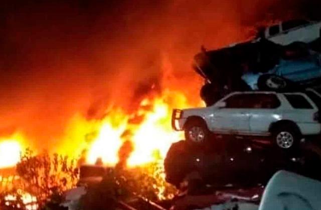 Fuego consume corralón de Grúas Serrano Garrido, en Orizaba