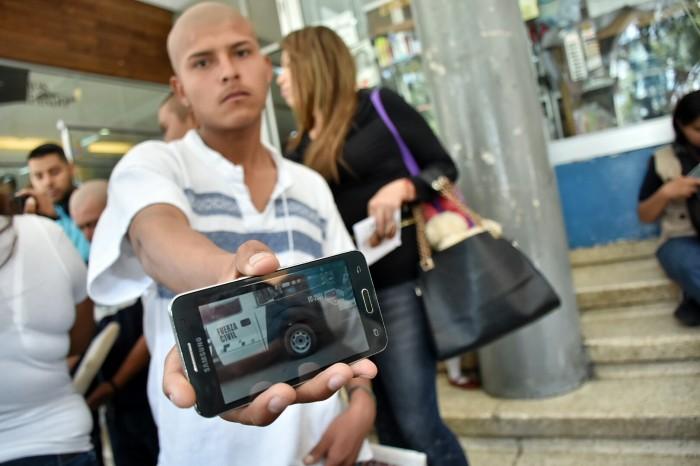 Fuerza Civil ofrece dinero a hondureño encañonado al salir de un OXXO