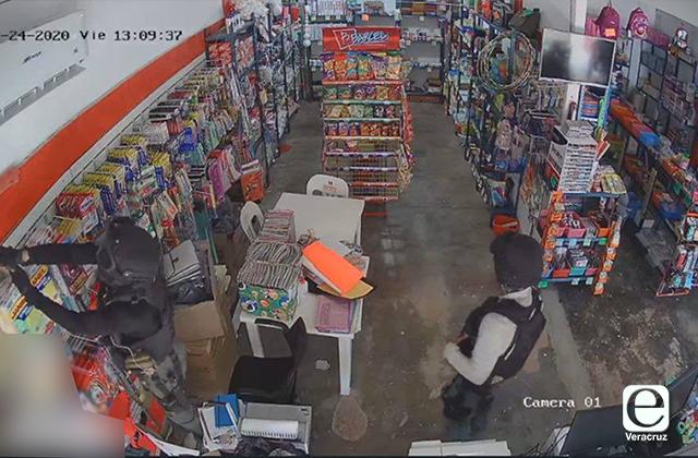 Suspenden a policías de Fuerza Civil por robo en tienda de Sayula