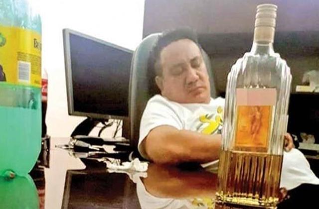 Dormido y borracho: así fue captado funcionario de Fiscalía