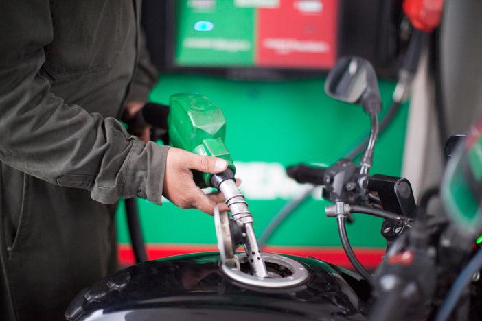 SHCP: precio de gasolinas baja este sábado dos centavos por litro