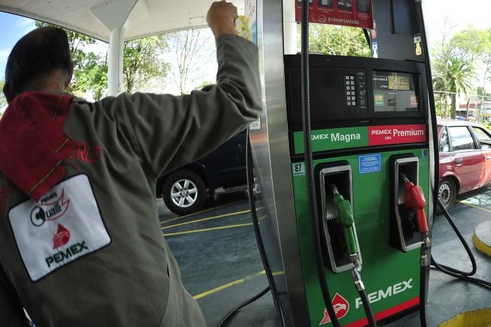 Costo de la gasolina bajó en todo el mundo... Menos en México