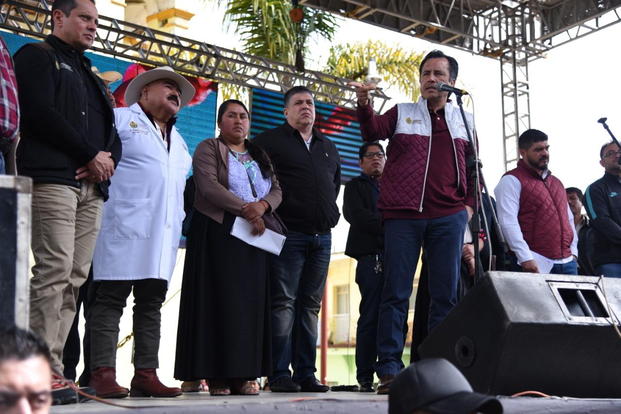 Gobernador Cuitláhuac García visita Soledad Atzompa; llega a acuerdo con pobladores