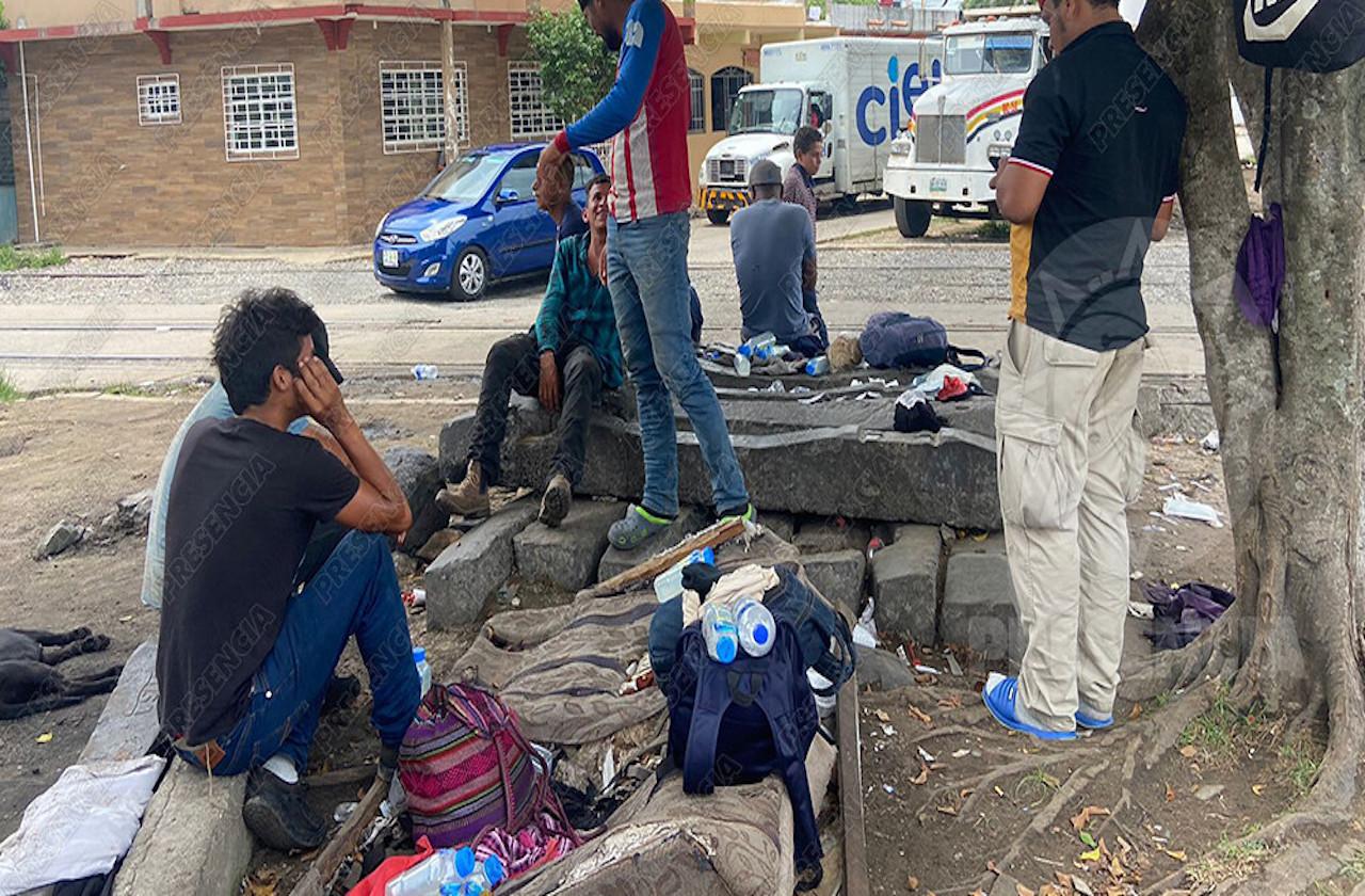 Grupos delictivos acechan a migrantes en su paso por Coatza