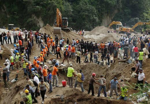 Vela Guatemala a los 95 muertos en un alud