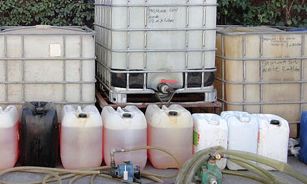 Hallan dos camionetas abandonadas con 6 mil litros de gasolina en Sayula