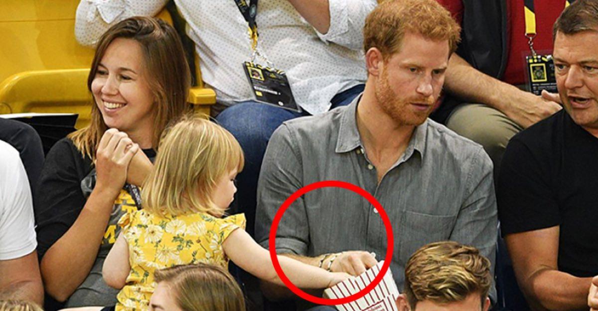 Niña de 3 años le roba palomitas al príncipe Harry