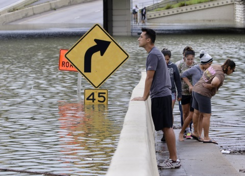 Suman 30 mil evacuados por