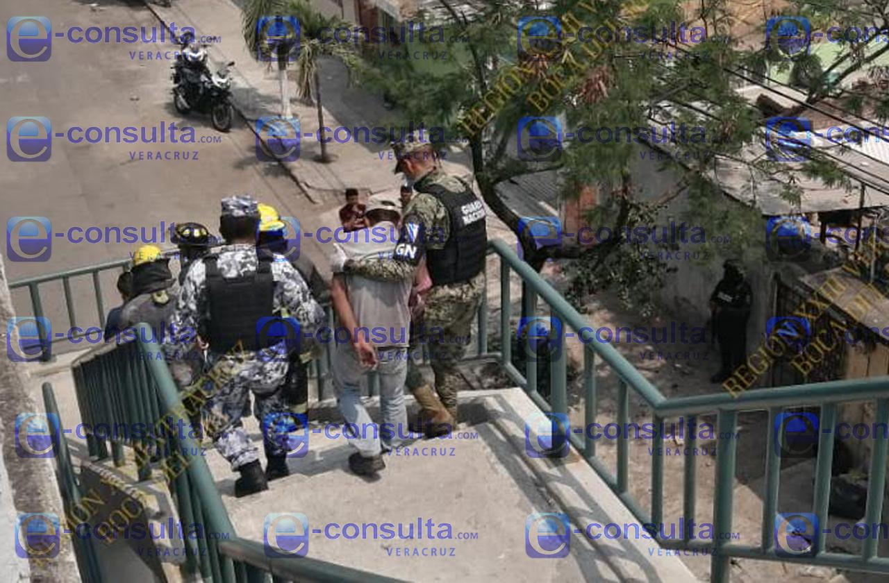Policía impide suicidio en el Puerto, hombre intentaba aventarse de puente