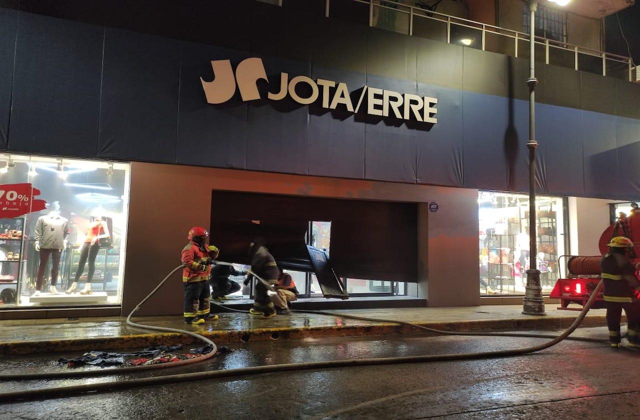 Hombre incendia e intenta encerrar a empleados en tienda del puerto