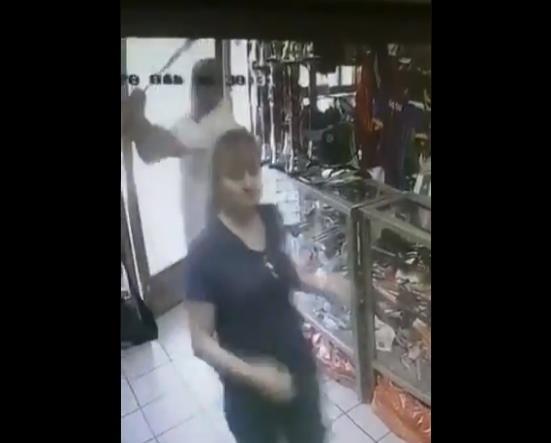 VIDEO: Hombre golpea a mujer para robarle; ya está detenido