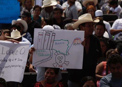 Con pancartas y reclamos reciben a AMLO en Morelos