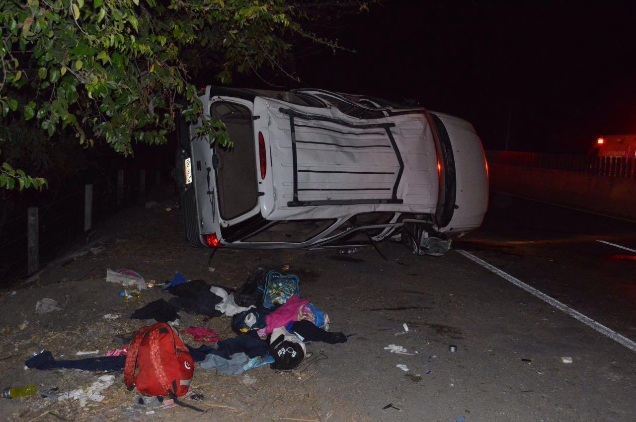 Federales persiguen camioneta con migrantes y vuelca, hay un muerto