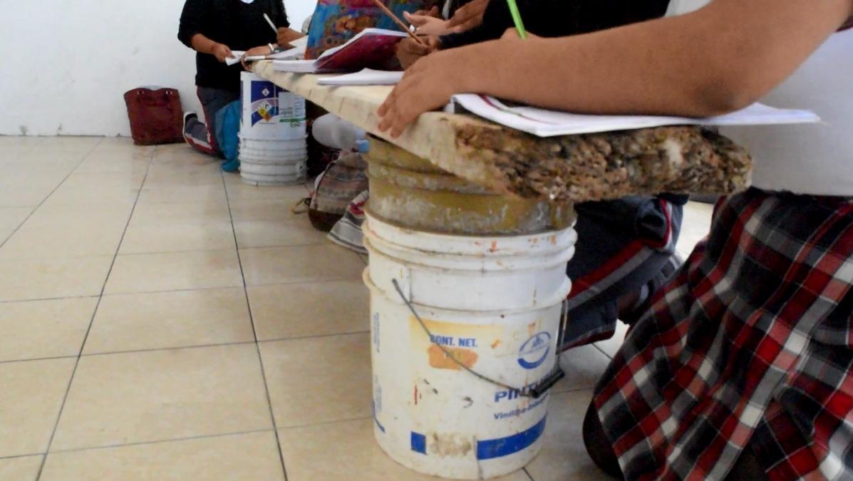 En el suelo, toman clases en TEBAEV de Xalapa
