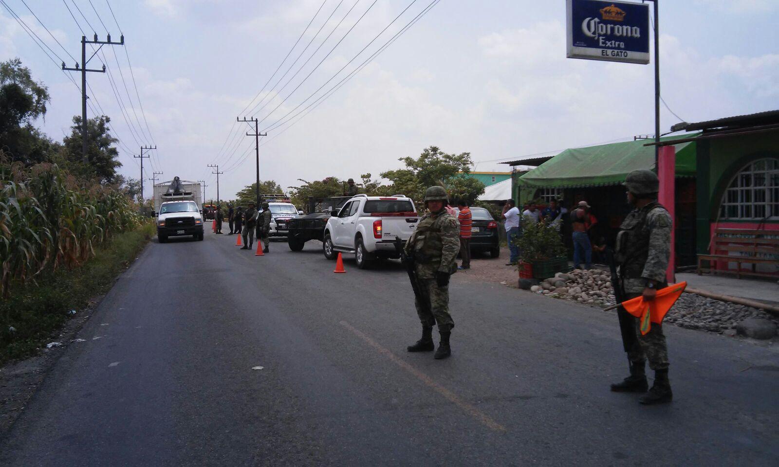 Delincuentes interceptan convoy de Prospera, un policía pierde la vida