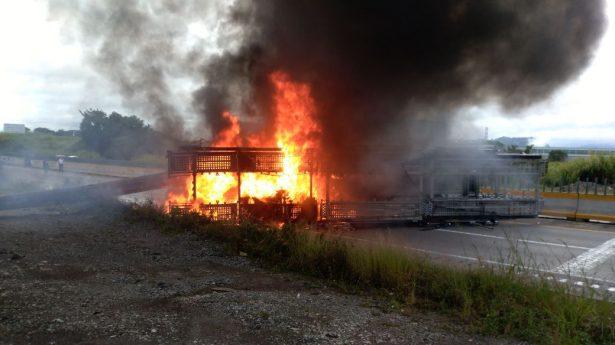 Arde tráiler que trasladaba gasolina tras ser arrastrado por el tren en Cuichapa