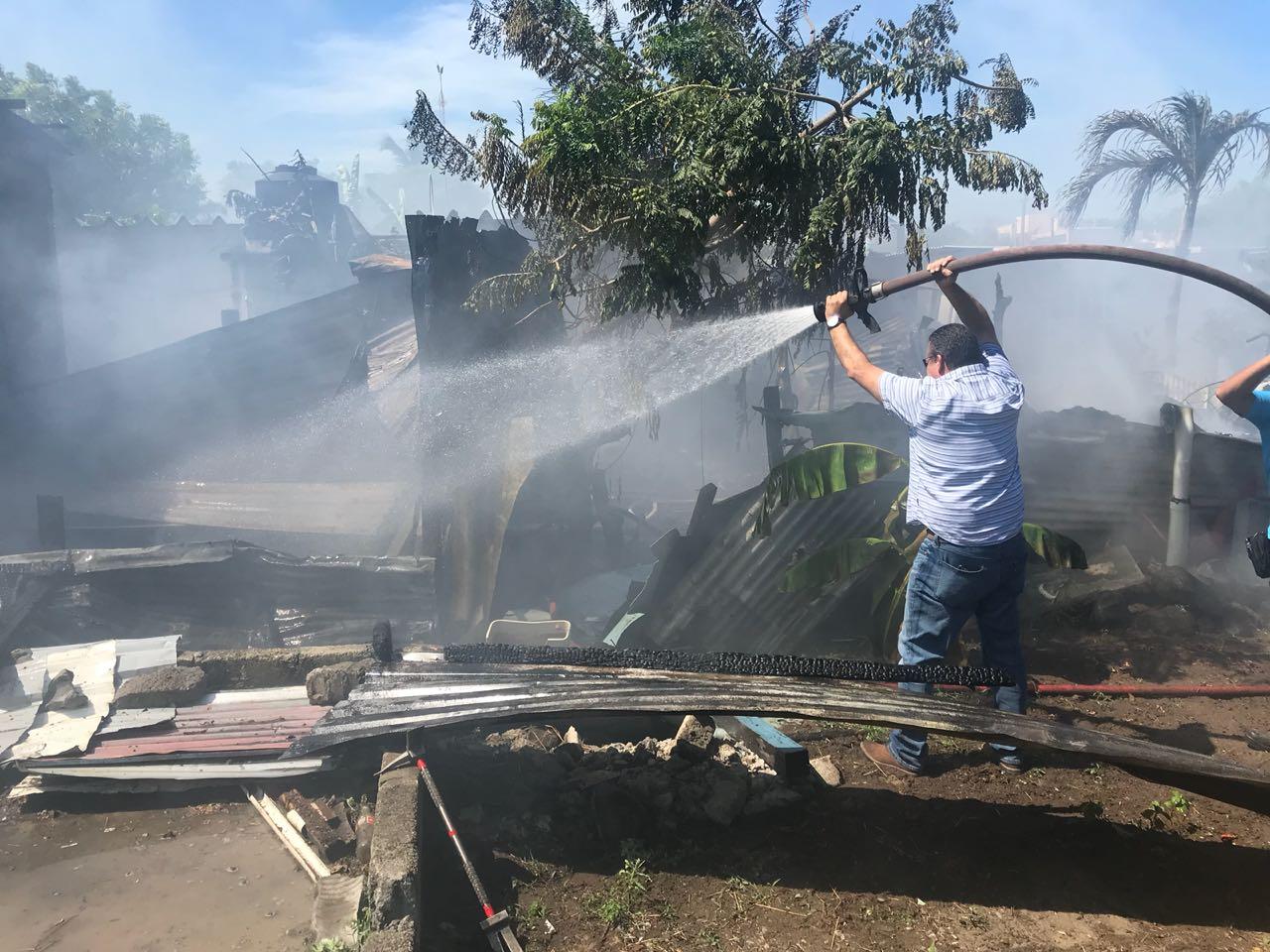 Ante voraz incendio, alcalde entra en ayuda de bomberos