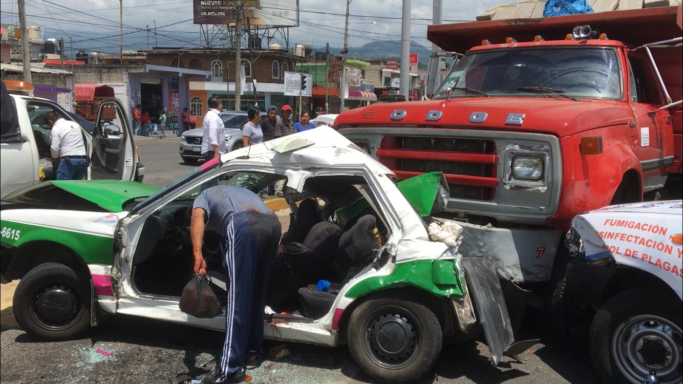 Camión se queda sin frenos y embiste a vehículos en Banderilla