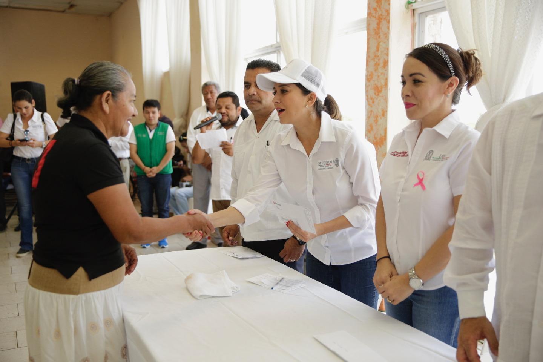 Anilú Ingram entrega recursos del PET a pescadores del sur de Veracruz