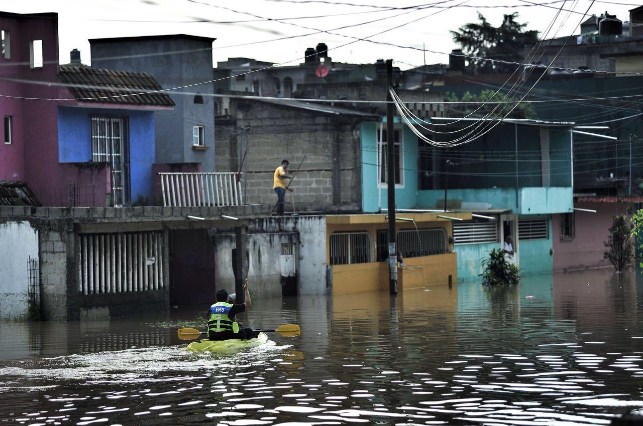 Lluvia en xalapa deja 30 personas atrapadas en sus for Universidades en xalapa