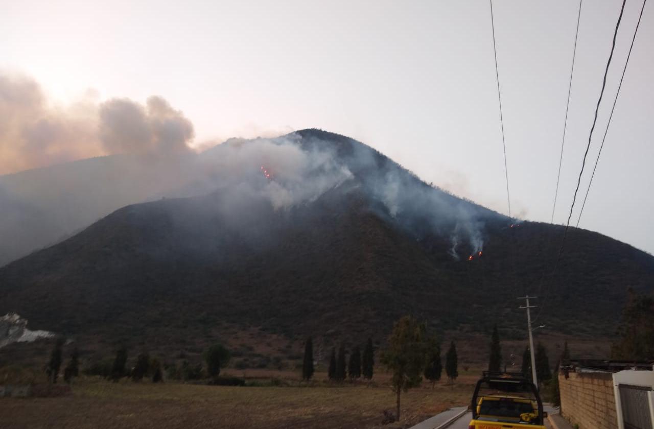 En medio de surada y ola de calor, continúa incendio en Maltrata