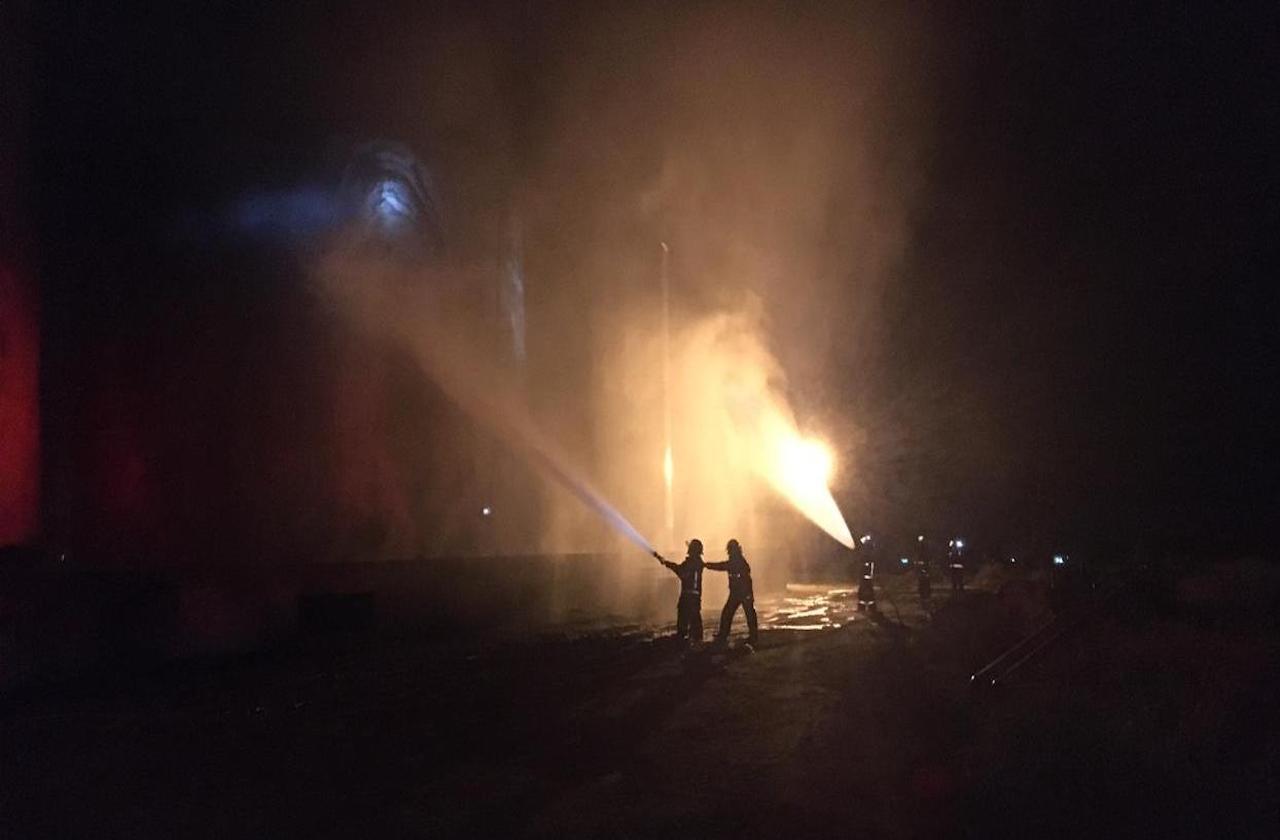 Incendio en recicladora de aceite, en el sur