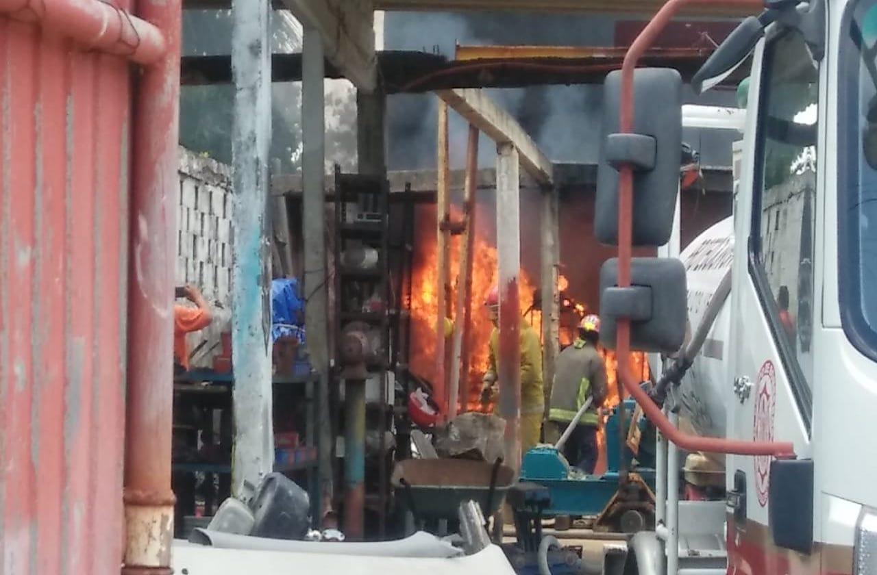 Incendió en taller electro-mecánico alarma a vecinos de Coatza