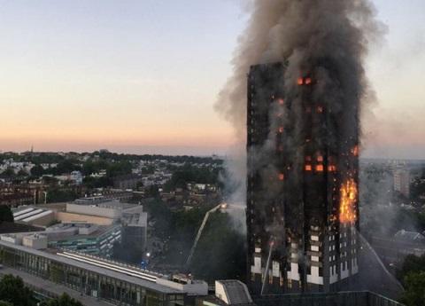 Suman 12 muertos tras incendio en torre de Londres