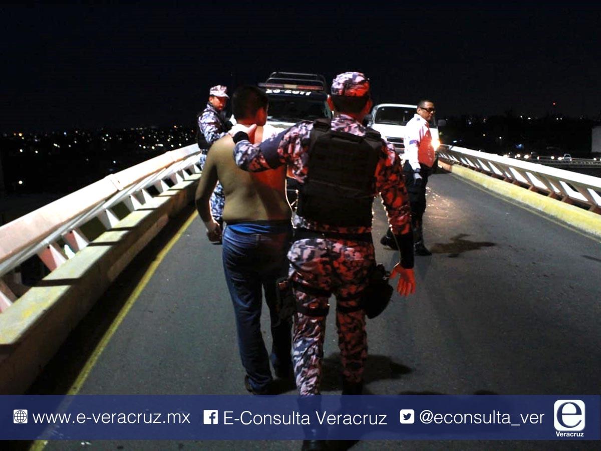 Navales frustran suicidio en puente de La Boticaria
