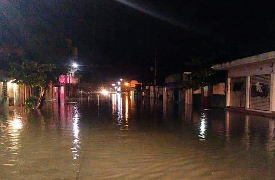 Un muerto y 10 colonias inundadas, saldo de lluvias intensas en Coatza