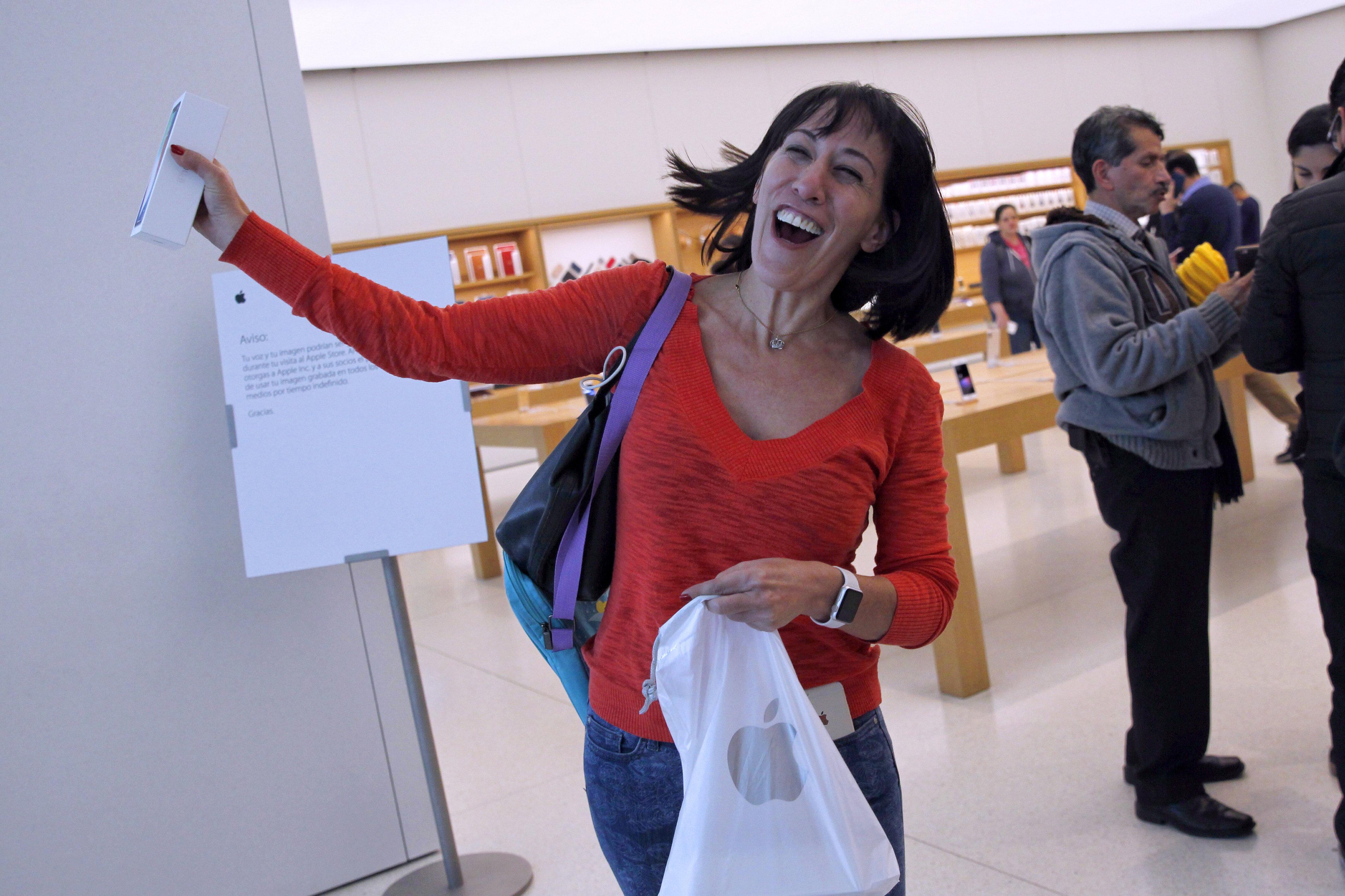 Se arremolinan en tiendas por conseguir un iPhone X