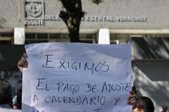 Trabajadores del ISSSTE bloquean vialidad, exigen pago de prestaciones