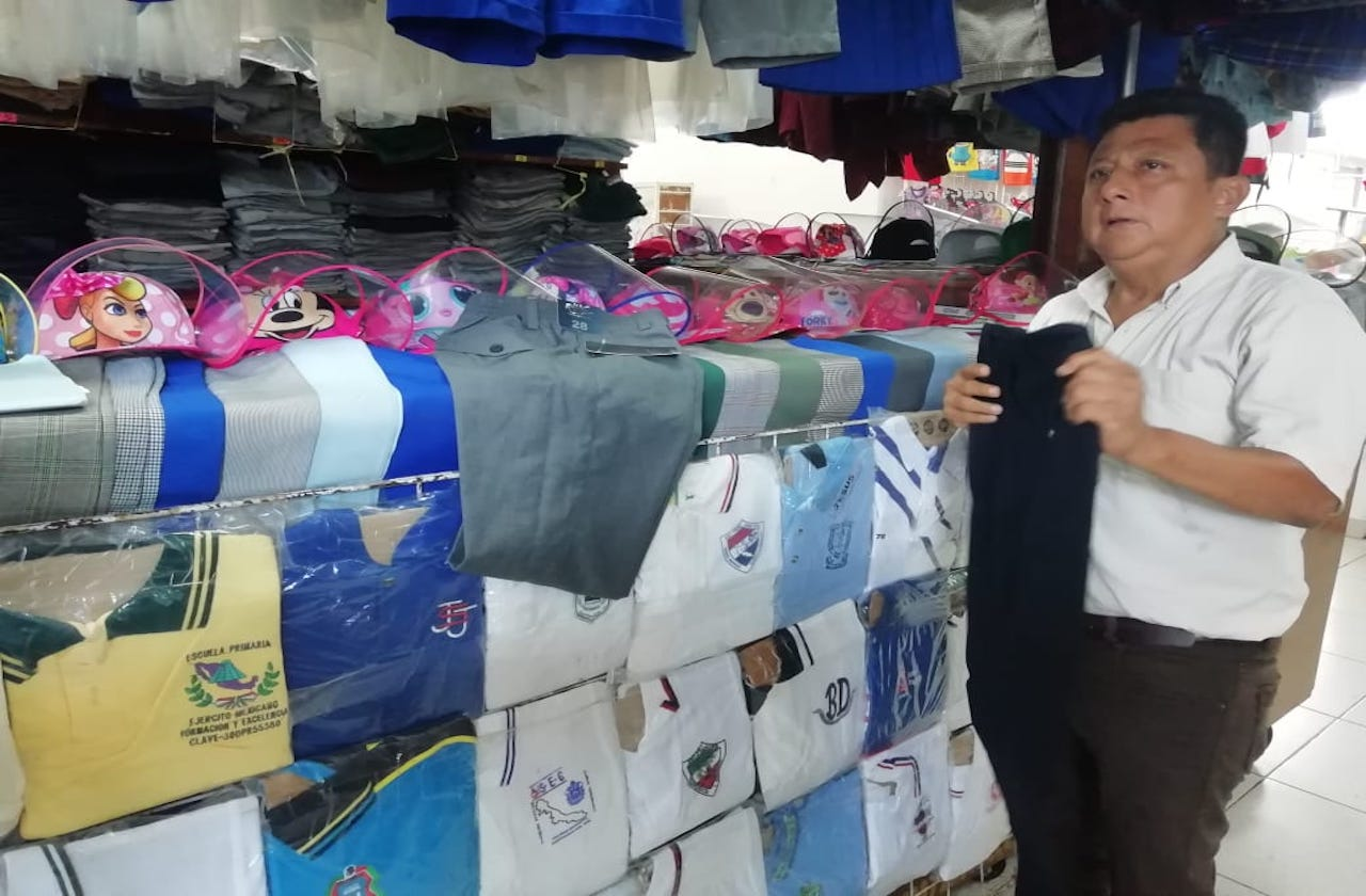 Tiendas de uniformes en Coatza agonizan durante pandemia